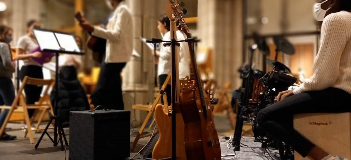 Les jeunes de l'aumônerie animent une fois par mois la Messe de 10H30